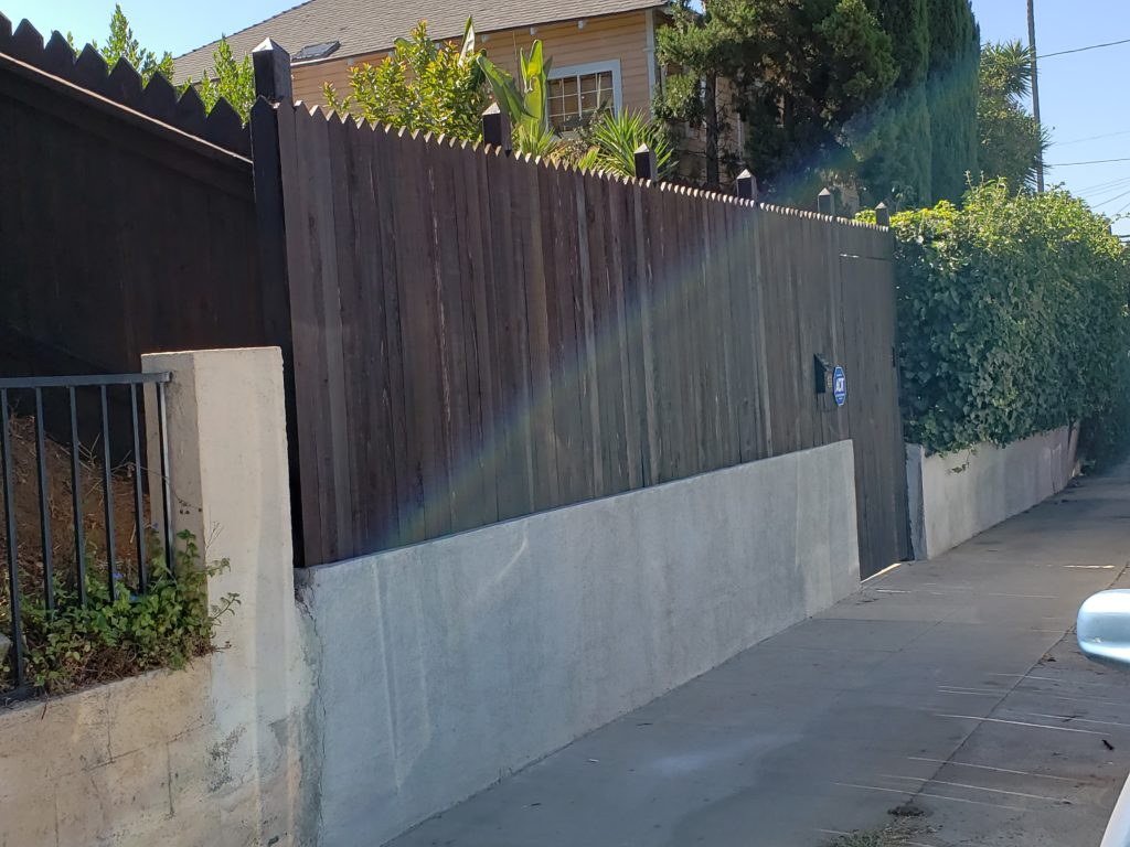 This image has an empty alt attribute; its file name is Custom-Pointed-Top-Stained-Front-Yard-Wood-Fence-Entry-Gate-Portal-outside-view-Los-Angeles-90026-Built-by-WoodFenceExpert.com_-1024x768.jpg